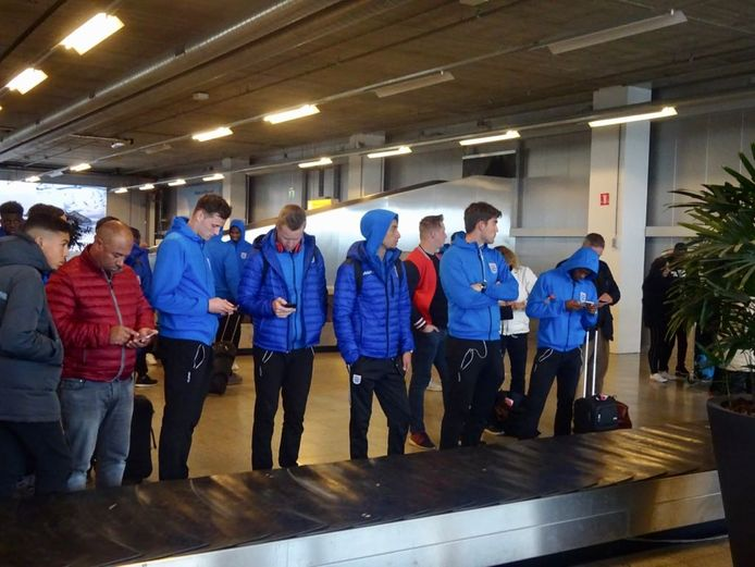 Wachten op de bagage bij de bagageband op Eindhoven Airport.