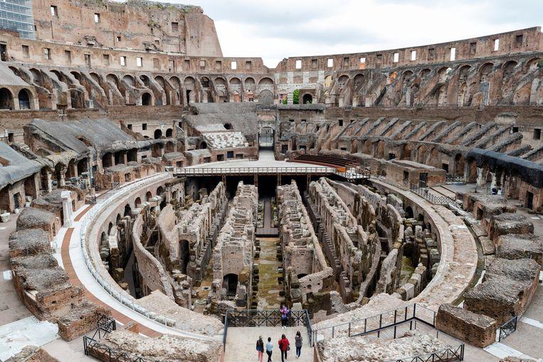 In de negentiende eeuw werd de vloer van het Colosseum verwijderd door archeologen, die onderzoek deden in het gangenstelsel. Sindsdien ligt dat gedeelte bloot. Beeld AP
