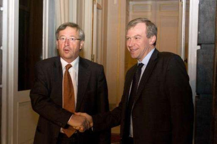 De Luxemburgse premier Jean-Claude Juncker (L) en premier Yves Leterme (R) zoeken samen naar een oplossing voor de Kaupthing-klanten. Beeld UNKNOWN