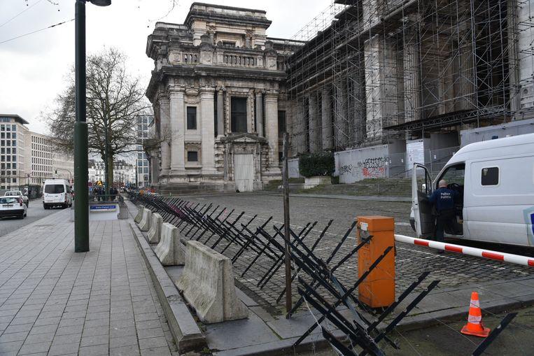 Aan het gerechtsgebouw in Brussel worden Friese ruiters geplaatst. Beeld Dieter Nijs