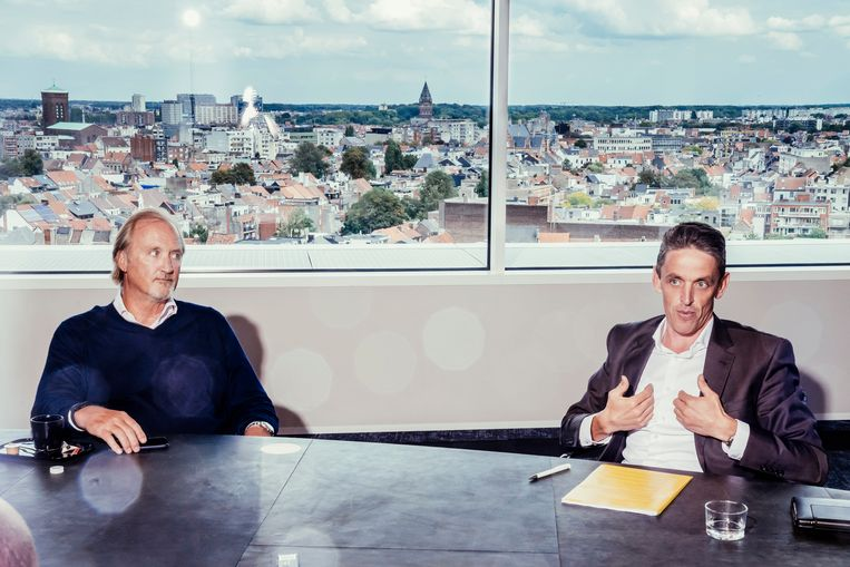 John Porter, baas van Telenet en Kris Vervaet, CEO van DPG Media slaan de handen in elkaar voor het Vlaamse streamingplatform Streamz.  Beeld © Stefaan Temmerman
