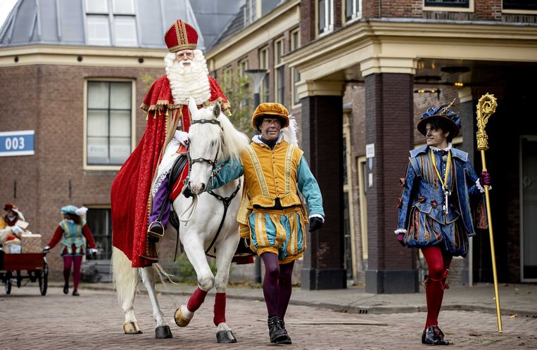 Sinterklaas en de pieten komen aan bij het Scheepvaartmuseum. Beeld ANP