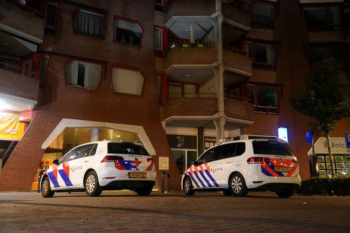 Een woning in het appartementencomplex aan de Dokter Honigstraat in het centrum van Zevenaar werd overvallen.