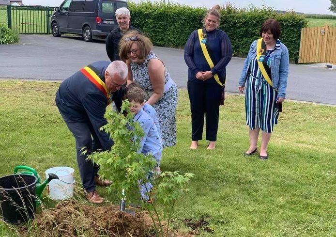 Helena Nolan, de ambassadeur van de republiek Ierland, plantte samen met burgemeester Sandy Evrard een boom op de site van Peace Village.