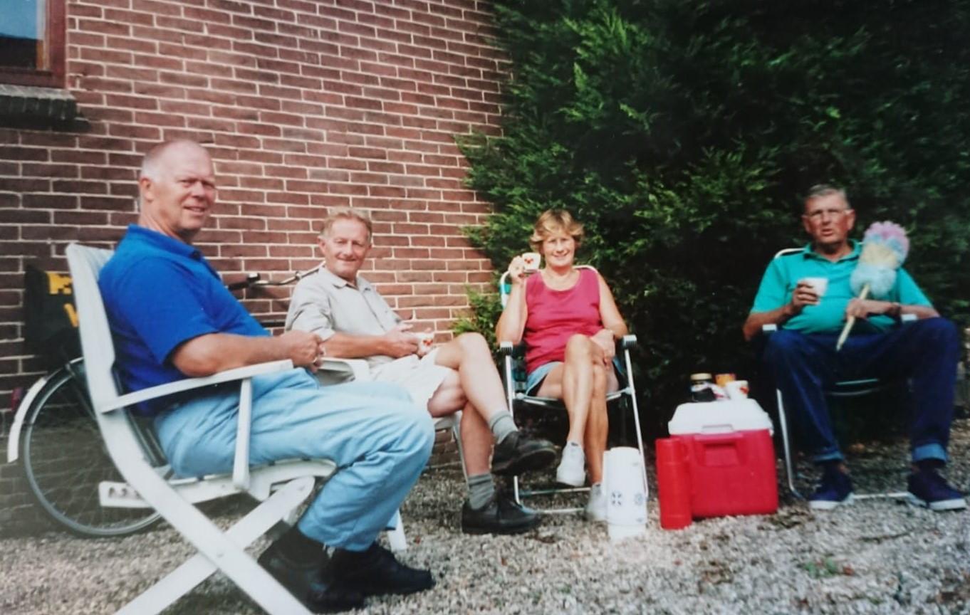 Jan Zwaan (L) met Peter Groen, Gerrit en Iny Brouwer in overleg over de Zevensprong.