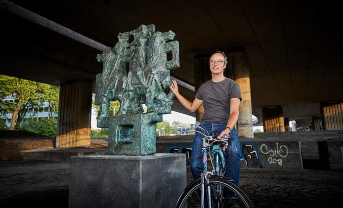 Arie Lengkeek van de Werkgemeenschap Kleinpolder bij het beeld van Martin Slappendel onder het Kleinpolderplein.