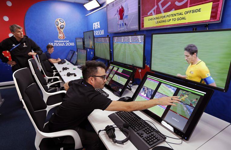Een videoscheidsrechter bedient de schermen vanuit een 'VAR room' in de buurt van Moskou. Beeld EPA
