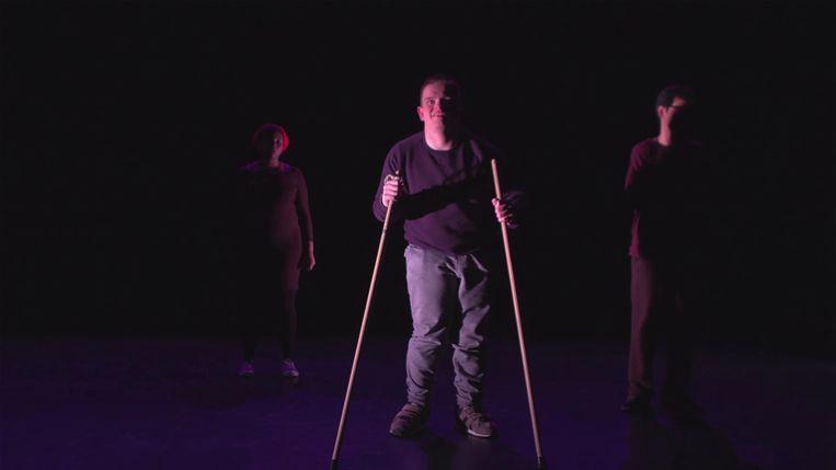 ► Hoofdrolspeler Brent Vandecraen houdt zichzelf staande met stokken. Beeld HETGEVOLG