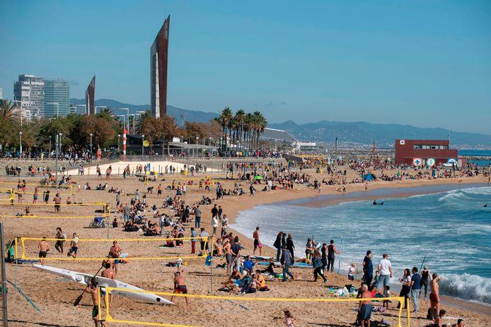 Toeristen aan het strand in Barcelona, Spanje (archiefbeeld).