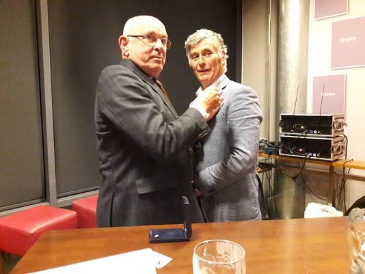 Van Praag speld de Goudenspeld op de revers van Bert Janssen