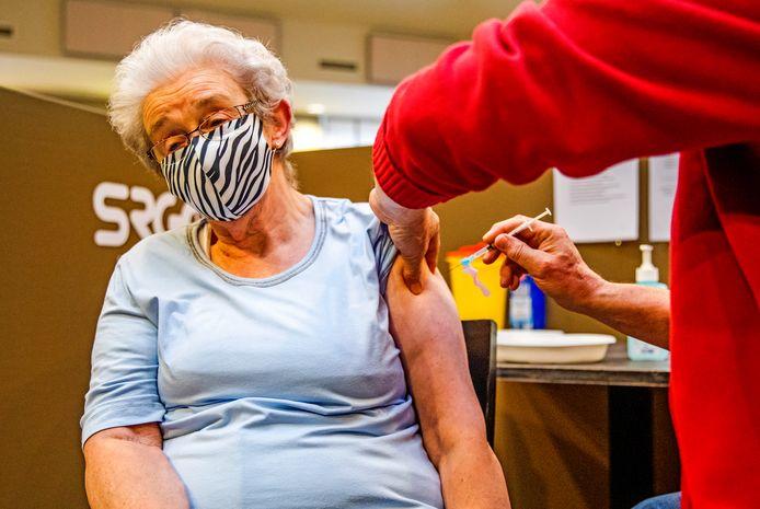 Mevrouw van den Doel-Kattestaart kreeg de eerste coronavaccinatie op Goeree-Overflakkee.