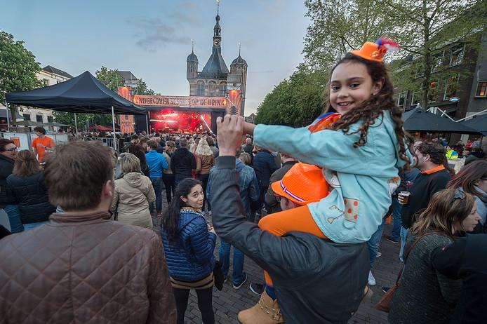 92701dc6336 Juliette Alink uit Deventer geniet samen met haar familie van de coverband  tijdens Kingsnight vorig jaar