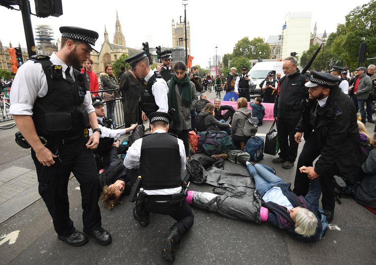 Extinction Rebellion-aanhangers worden in Westminster, Londen, gearresteerd door de politie.