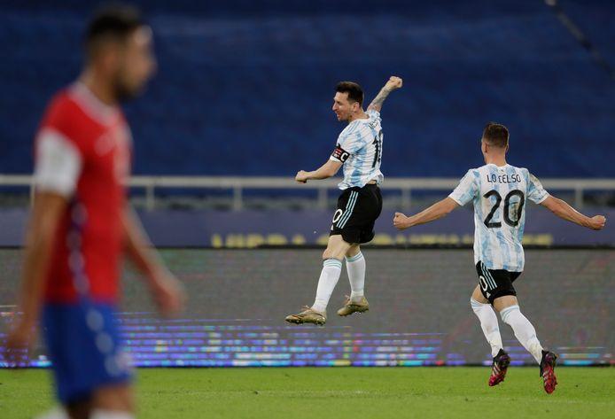 Met een vuist in de lucht eert Messi zijn legendarische landgenoot Maradona.