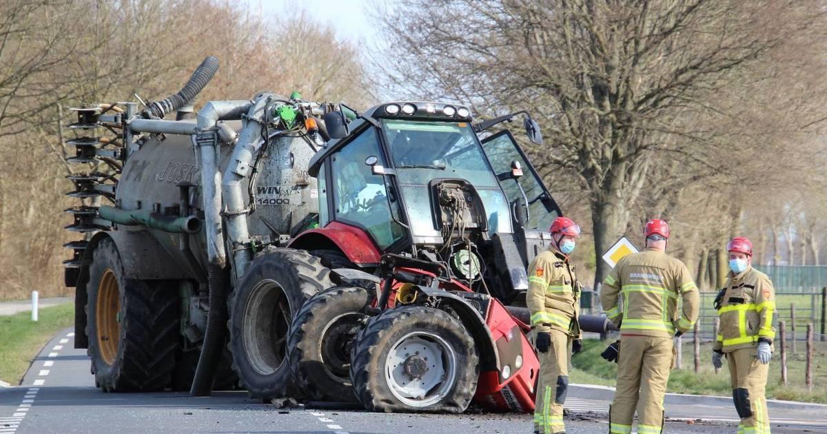 Tractor breekt in tweeën bij aanrijding.
