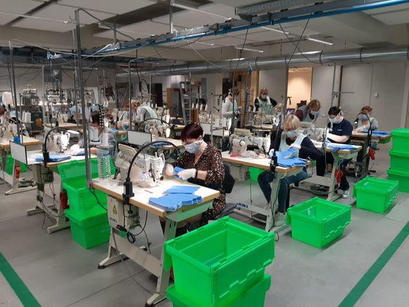 De naaisters bij Van De Velde naaien massaal mondmaskers.