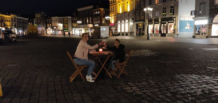 Kristel gaat 'uit eten' met zoon op Markt van Den Bosch.