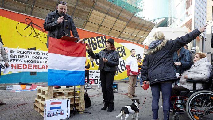 Pegida-leider Lutz Bachmann spreekt in Utrecht aanhangers toe.