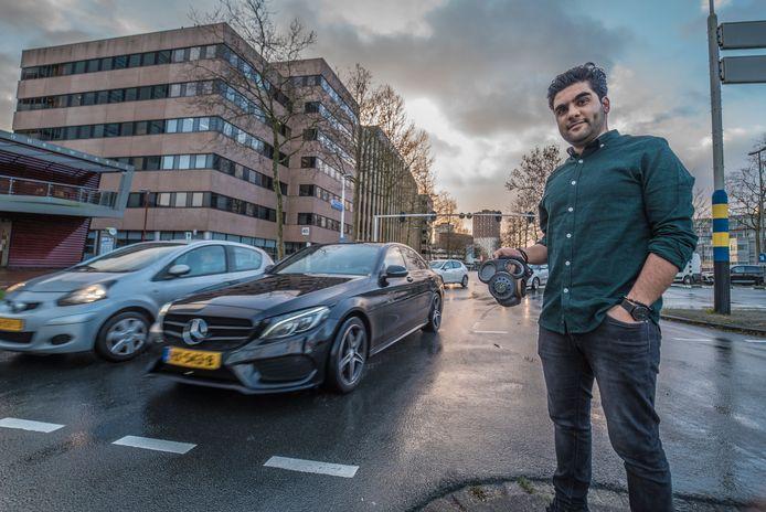 Esmael Zamani bij de Europalaan, volgens de berekeningen al niet de schoonste plek van de stad.