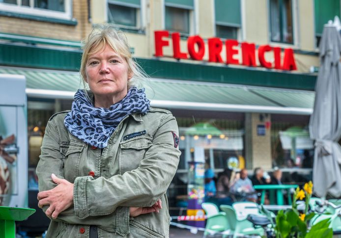 Marlies Filbri is de nieuwe directeur van het Straat Consulaat voor dak- en thuislozen. Op de achtergrond Florencia waar vrijwel heel Den Haag komt, van dak- en thuislozen tot advocaten.