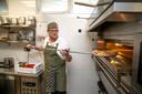 Pizzabakker Roelof bij restaurant Bella Ciao in Harderwijk heeft het superdruk, doordat er weinig personeel is in de horeca. Hard werken is het motto.