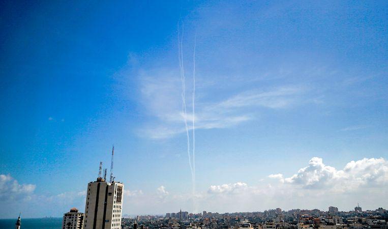 Een wit spoor van testraketten die vanuit Gaza worden afgevuurd. Beeld AFP