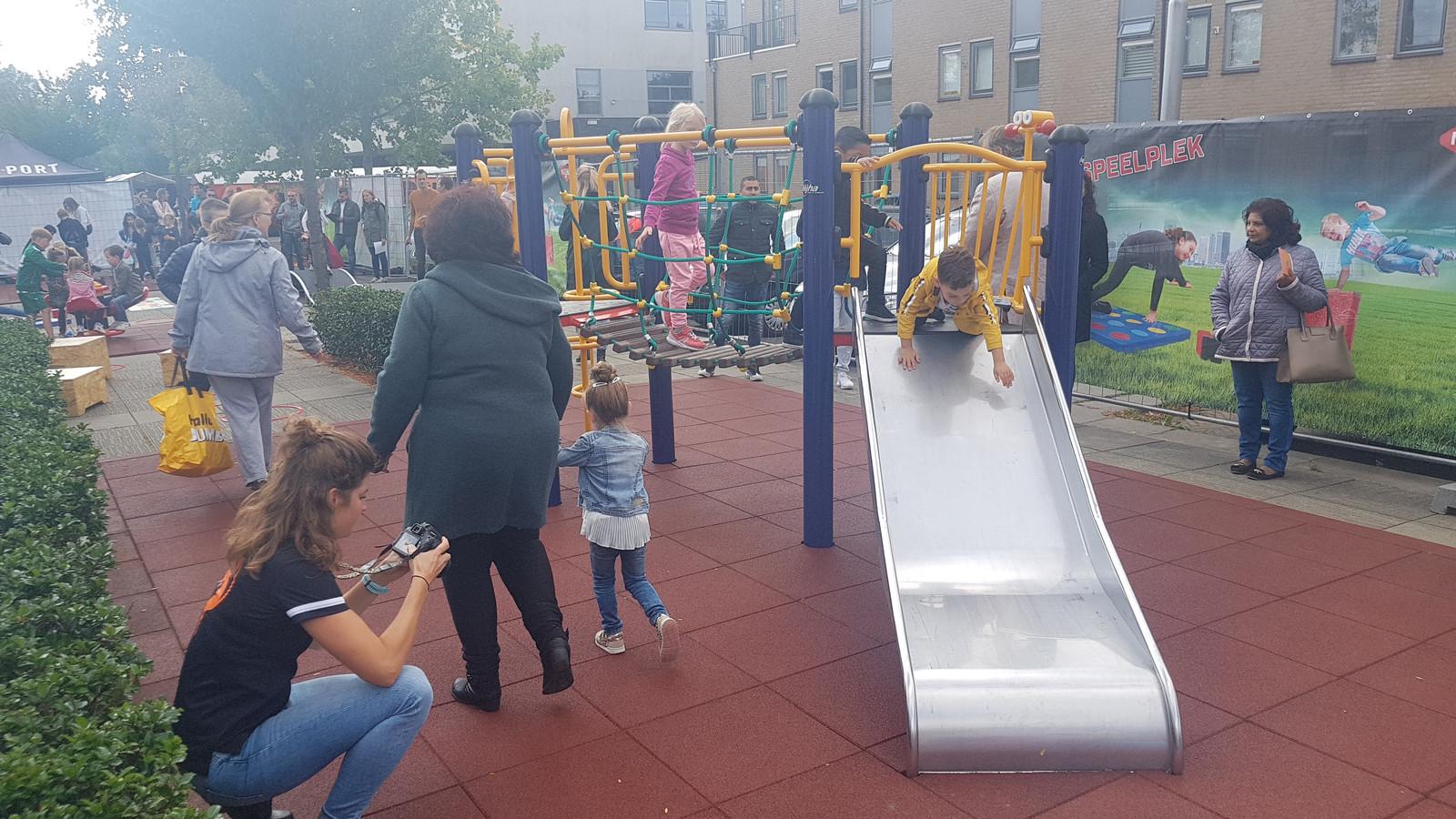 De kinderen leefden zich meteen uit na de opening van de tijdelijk speeltuin op het Manis Krijgsmanhof in Den Bosch.