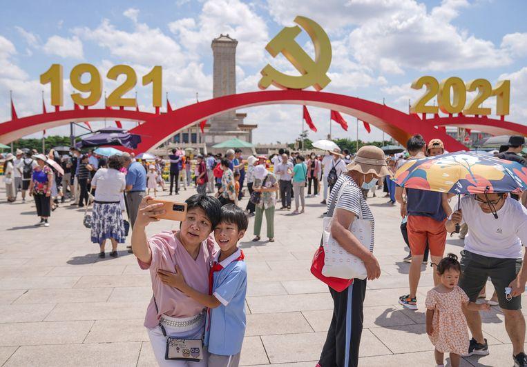 Chinese burgers vieren de honderdste verjaardag van de Communistische Partij in Peking. Beeld BELGAIMAGE