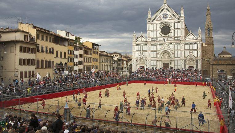 Het speelveld tijdens de jaarlijkse Calcio Storico op het Santa Croceplein in Florence. Beeld Sports Illustrated/Getty Images
