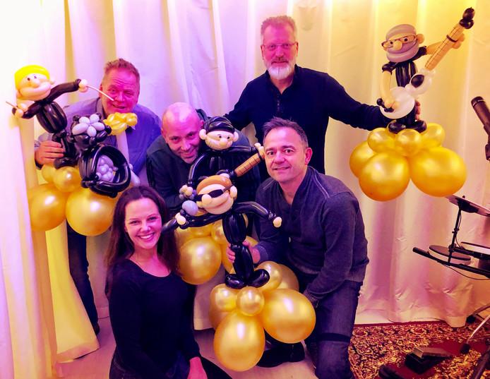 De mannen van In The Name Of zijn blij met de bijzondere ballonnen van Kim Suurland (vooraan).