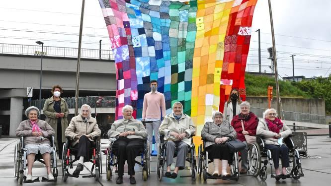 """""""Roeselare is er voor iedereen"""": stad hijst indrukwekkende regenboogvlag en maakt werk van regenboogactieplan"""