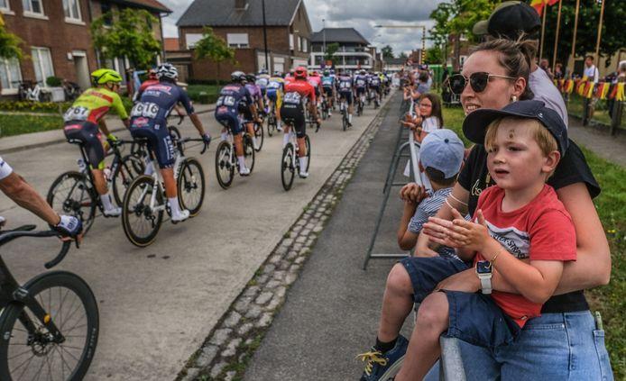 Ook kinderen genoten van het BK wielrennen, zoals hier in de Kerkdreef in Beveren-Leie