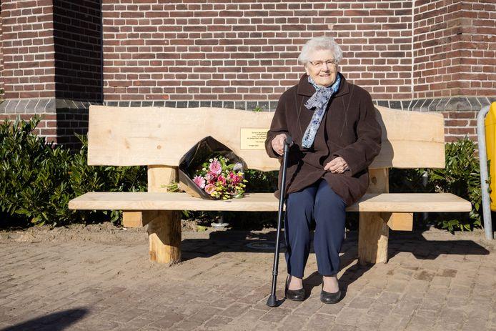 Voor haar honderdste verjaardag kreeg Jo Broeders - Hamers een bankje en bloemen