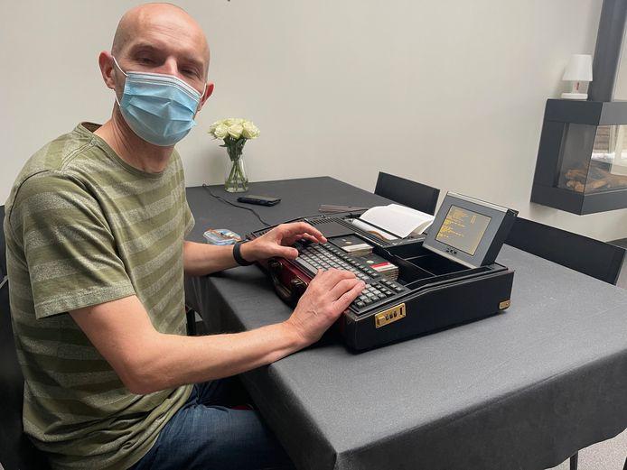 Nu Philips 40 jaar oude laptop weer werkt, wilde hij meer weten over de geschiedenis van de machine, wat hij vond was een vreemd verhaal.