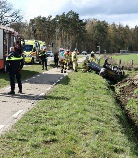 Auto slaat over de kop in Enschede: Weerseloseweg afgesloten