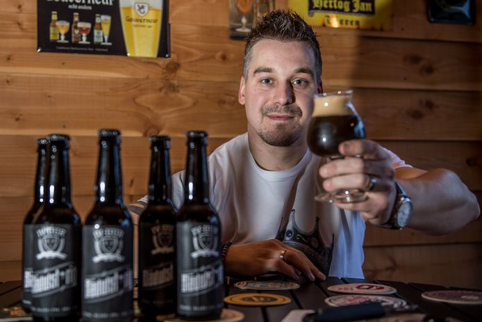 VRIEZENVEEN - Dennis Roosien uit Vriezenveen is gek van bier.