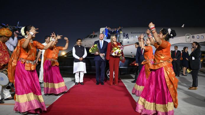 Koning Willem-Alexander en koningin Maxima arriveren op het vliegveld New Delhi. Het koningspaar brengt een vijfdaags staatsbezoek aan India.