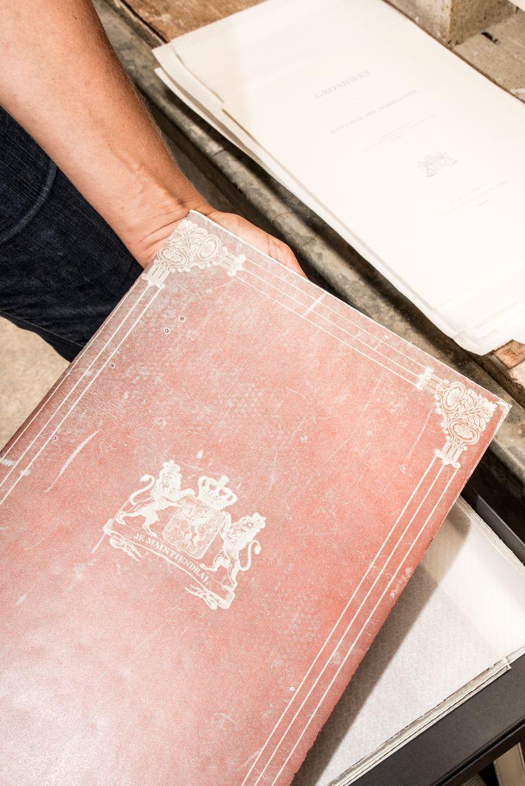 De Grondwet in porselein. Beeld Jan Mulders
