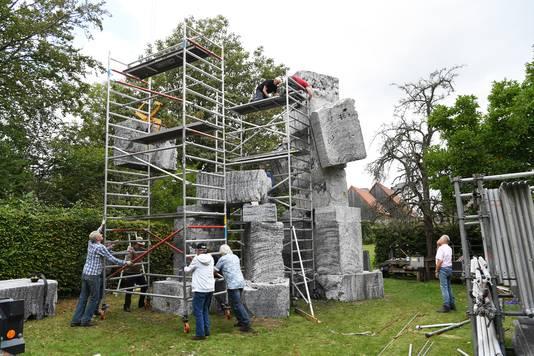 Plaatsen van de beelden 'Mannen van Zundert' van de Bredase kunstenaar Tom Claassen.in de tuin van het Van GoghHuis eerder deze week