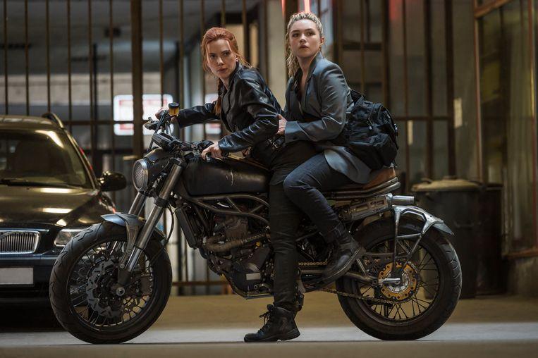 Scarlett Johansson als Black Widow/Natasha Romanoff en Florence Pugh as Yelena. Potentiële kaskraker 'Black Widow' (in de bioscoop op 7/7) is twee dagen na de bioscooprelease voor een meerprijs op de streamingdienst van Disney te zien.  Beeld Photo News