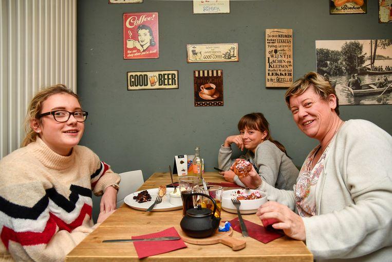 Jolien (Links) Elise en Ilse (rechts) genieten van de crazy oliebollen.