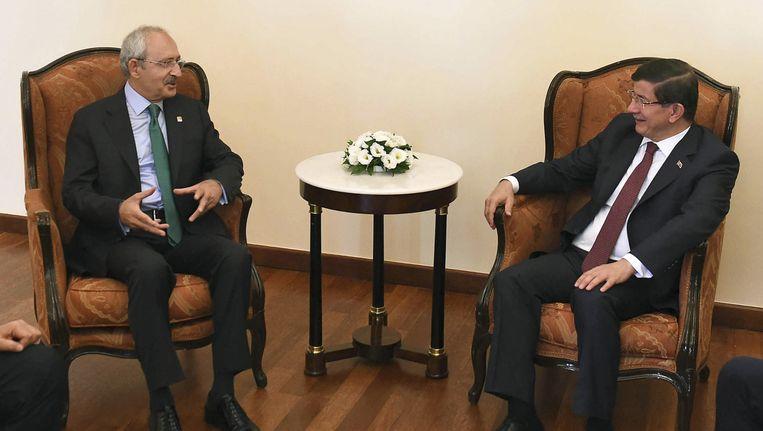 De Turkse premier en voorzitter van de AKP Ahmet Davutoglu (rechts) in overleg met Kemal Kilicdaroglu (links), voorzitter van CHP.
