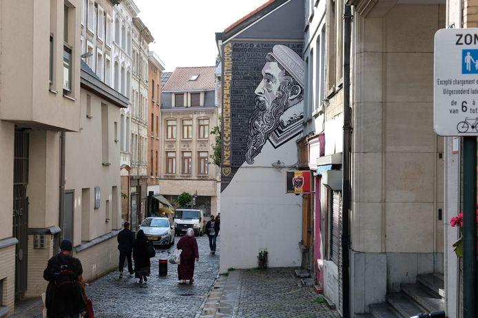 Kunstenaars steken werk van Bruegel in nieuw jasje in de Marollenwijk