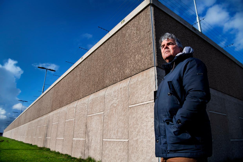Frans Douw voor een muur van Het Justitieel Complex Zaanstad. Beeld Olaf Kraak