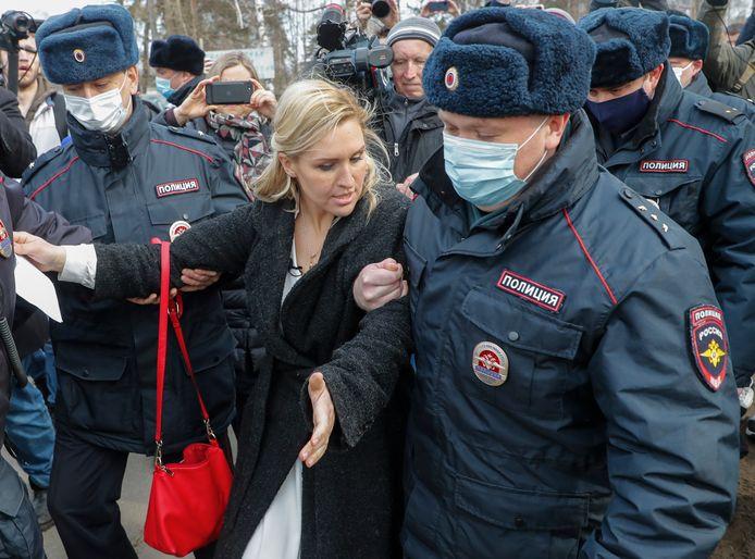 De persoonlijke arts van Navalny wordt weggevoerd door Russische agenten.