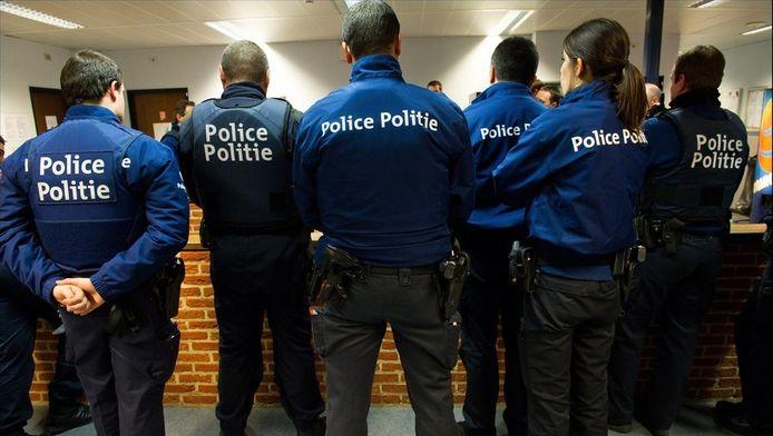De federale politie waarschuwt burgers zelf geen opsporingsberichten via Twitter en Facebook te verspreiden.