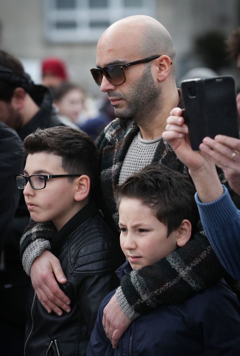 Mohamed El Bachiri, de man van Loubna, met de kinderen. Beeld BELGA