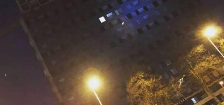Man springt van gebouw op Utrechts bouwterrein en landt veilig in de armen van de politie