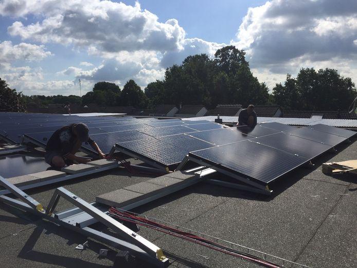 Een bedrijfsdak wordt volgelegd met zonnepanelen.