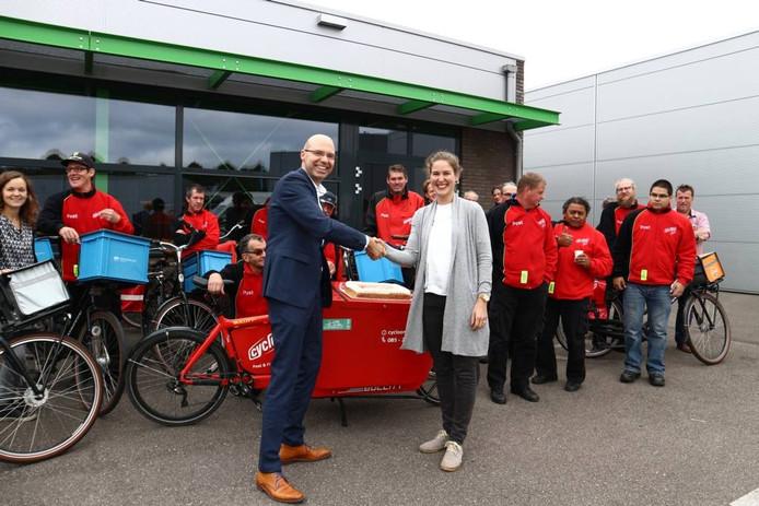 Jan-Henk Janssen wenst Nina Bakx succes met haar team.